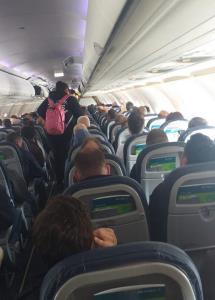 ผู้โดยสารอังกฤษแชร์ภาพช็อก คนแน่นเครื่องบินพาณิชย์ไม่เว้นระยะห่างเลี่ยงโควิด-19