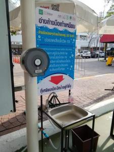 จุดบริการแอลกอฮอล์ล้างมือและอ่างล้างมือ (ภาพ : เพจตลาดนัดจตุจักรกรุงเทพมหานคร)