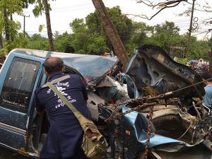 กระบะเสียหลักขับพุ่งชนขอบสะพานปูน ก่อนพลิกไปฟาดซ้ำกับต้นไม้ คนตาย 1 เจ็บ 2 ที่พัทลุง
