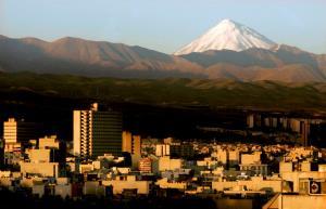 ภูเขาดามาวันด์ซึ่งตั้งอยู่ทางตะวันออกเฉียงเหนือของกรุงเตหะราน (แฟ้มภาพ – รอยเตอร์)