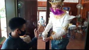 ชุดใหญ่ เจ้านางกาแฟสดริมทางหนองขาหย่าง แต่งชุดไทยชง-เสิร์ฟ-โบกลูกค้า รับโควิด-19 คลี่คลาย