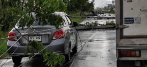 พายุฤดูร้อนกระหน่ำหน้าถ้ำหลวง พัดเสาไฟล้มระนาว 20 ต้น รถเสียหาย 5 คัน คนเจ็บ 1