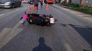 หนุ่มใหญ่ขี่จักรยานยนต์ตัดหน้า รถกระบะเบรกไม่ทันชนดับ