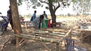 ชาวบ้าน ต.สรรพยา รวมตัวทำแคร่ไม้ไผ่ขาย หารายได้ซื้ออาหารมาแบ่งปันกัน