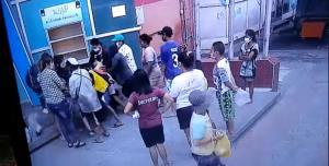 อีกมุมของสังคมไทย! เผยคลิปชาวบ้านรุมแย่งอาหารจากตู้ปันสุข