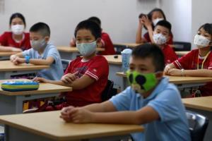 เวียดนามเปิดชั้นอนุบาล-ประถมทั่วประเทศ เด็กๆ ต่อแถววัดไข้ก่อนเข้าห้องเรียน