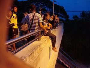 นาทีชีวิต! สาวขอนแก่นนั่งห้อยขาร้องไห้บนราวสะพานลอยเพราะน้อยใจแฟน