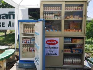 """ชื่นใจ! ร.ร.ผู้ช่วยพยาบาลสันป่าตองยกตู้เย็นตั้ง """"ตู้ปันสุข"""" แบ่งปันเครื่องดื่มเย็นคลายร้อนพร้อมอาหารแห้ง"""