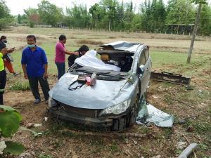 สลด! สองผัวเมียชาวอุตรดิตถ์ขับเก๋งเสียหลัก รถพลิกคว่ำกระแทกต้นไม้ข้างทางเสียชีวิตทั้งคู่