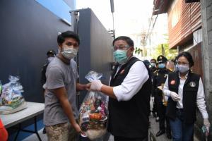 """""""อัศวิน"""" แจกถุงยังชีพเยียวยาความเดือดร้อนจากโควิด-19 ย้ำประชาชนสวมหน้ากาก ล้างมือ เว้นระยะห่าง"""