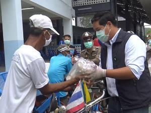 ผู้ช่วยดำเนินงาน ส.ส. และประธานรัฐสภา มอบถุงยังชีพช่วยผู้รับผลกระทบโควิด-19 ในสงขลา