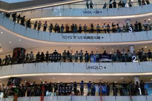 ม็อบประชาธิปไตยเมินเว้นระยะห่าง ชุมนุมกลางห้างเย้ยวันเกิดผู้นำฮ่องกง