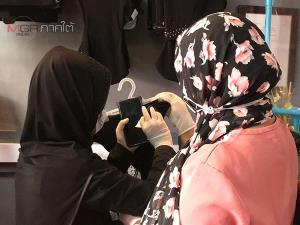 จัดระเบียบแล้วร้านขายเสื้อผ้าดังเมืองนราฯ ลูกค้าต่อคิวซื้อสินค้าใหม่เตรียมใส่รายอ