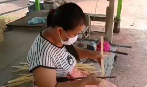 """สาวปราจีนฯ สู้ชีวิตตกงานเพราะพิษโควิด-19 แต่ไม่ท้อ """"สานลำแพน"""" ขาย สร้างรายได้เลี้ยงครอบครัว"""