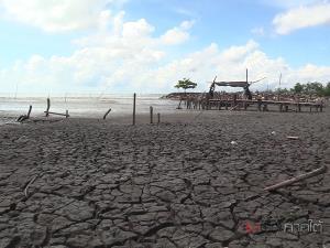 ทะเลพาตะกอนเลนรุกกลืนหาดทราย ชาวประมงท่าศาลาเดือดร้อนหนักนำเรือเข้าฝั่งไม่ได้