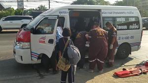 ชนสนั่น!! รับปลดด่านโควิด-19 นครปฐม รถ 10 ล้อเสยท้ายรถตู้โดยสารจอดส่งคนตาย 1 เจ็บ 4