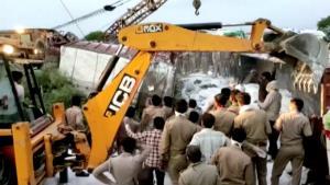 อินเดียอ่วม! ยอดผู้ติดเชื้อพุ่งแซง 'จีน' ขึ้นอันดับ 11 ของโลก รถบรรทุกขน 'แรงงานอพยพ' ฝ่าล็อกดาวน์ชนดับ 23 ศพ-เจ็บอื้อ