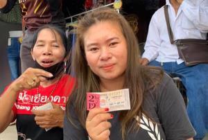 """สาวชัยภูมิดวงเฮงถูกลอตเตอรี่รางวัลที่ 1 รับ 6 ล้าน เผยไหว้ขอโชคลาภจาก """"วัดนาคนคร"""""""