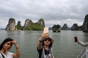 อ่าวฮาลองคนทะลัก ชาวเวียดนามแห่เที่ยวหลังรัฐปลดล็อก