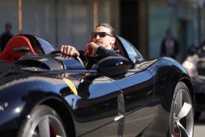 """รอครึ่งปีกว่าจะได้ซิ่ง """"ซลาตัน"""" ควบ Ferrari Monza SP2 ของขวัญวันเกิดเมื่อปีที่แล้ว (คลิป)"""