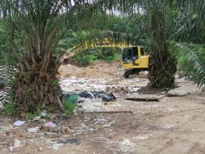 ชาวปลวกแดงร้องรถบรรทุก 10 ล้อขนขยะทิ้งในพื้นที่ หวั่นสารเคมีไหลลงอ่างฯ หนองปลาไหล