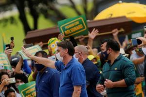 ผู้สนับสนุนแห่ชุมนุมให้กำลังใจ ปธน.บราซิล แม้ติดเชื้อโควิดพุ่งที่ 4 โลก ยอดตาย 1.6 หมื่นศพ (ชมคลิป)
