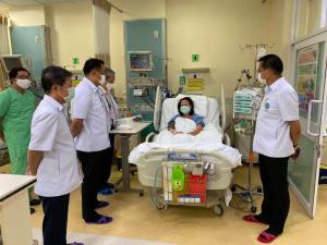 รมว.สธ.เยี่ยมพยาบาลเส้นเลือดในสมองแตกหลังโหมงานสู้โควิด-19