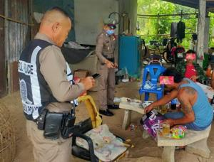 เจ้าหน้าที่ตำรวจ สภ.เมืองอุบลราชธานี จับกุมกลุ่มชาวบ้านนาทุ่งมั่ง หมู่ 14 ต.หนองขอน อ.เมืองอุบลราชธานี จำนวน 6 คน ตั้งวงดื่มสุรา เบียร์