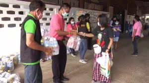 คนไทยไม่ทิ้งกัน แจกถุงยังชีพให้ชาวบ้านตำบลโคกตูม