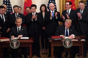 ก่อนพายุกระหน่ำ: รองนายกรัฐมนตรีหลิว เหอ  แห่งประเทศจีน และประธานาธิบดีทรัมป์แห่งสหรัฐอเมริกาลงนามข้อตกลงการค้าเฟสแรก ภาพเหตุการณ์ ณ ทำเนียบขาว เมื่อวันที่ 15 มกราคม 2020 หลังจากวันนั้น สถานการณ์ไวรัสโควิด-19 แพร่ระบาดในสหรัฐฯ ทวีความรุนแรง และมีคนอเมริกันเสียชีวิตด้วยโรคติดเชื้อไวรัสโควิด-19 ไปแล้วมากกว่า 87,000 ราย