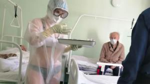 พยาบาลรัสเซียนุ่งแต่ชุดชั้นในภายใต้ชุดป้องกัน COVID โปร่งแสง! ผู้บริหารเดือด แต่คนไข้ไม่มีบ่นสักคน