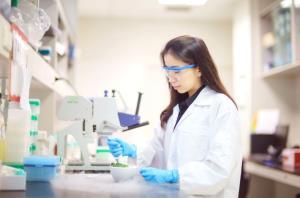ดร.วิรัลดา ภูตะคาม ระหว่างการทดลองในห้องปฏิบัติการ