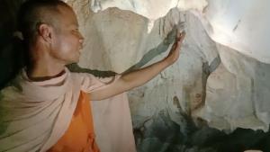 หยุดเถอะโยม! แกล้งมานั่งสมาธิถ้ำแม่พระธรณี แต่แอบตัดหินงอกหินย้อยทำของขลัง