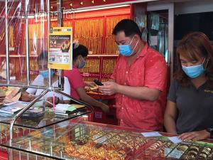 ชาวไทยมุสลิมนราธิวาสแห่ซื้อขายแลกเปลี่ยนทองลายใหม่ เตรียมฉลองวันรายออีฎิ้ลฟิตรี