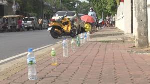 ตู้ปันสุขคึกคักประชาชนแห่มารอรับของ ต้องจองคิวด้วยรองเท้าและขวดน้ำ