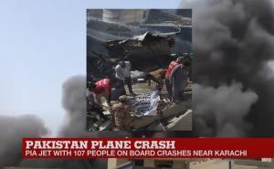 """In Clip: ด่วน! """"เครื่องบินปากีฯ"""" มีคนบนเครื่องเกินร้อย ตกย่านชุมชนใกล้สนามบินการาจี ควันดำโขมงพวยพุ่งขึ้นฟ้า"""
