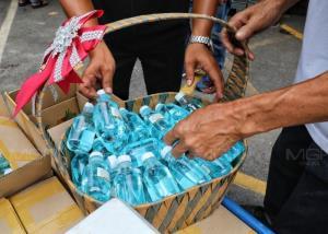 รองปลัด กทม.แจกแอลกอฮอล์ล้างมือให้ผู้ค้าตลาดนัดสุดสัปดาห์ภายในตลาดนัดจตุจักร
