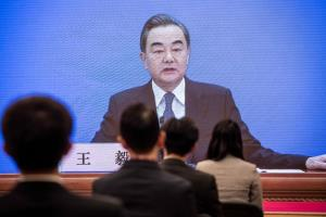 หวัง อี้ มนตรีแห่งรัฐและรัฐมนตรีต่างประเทศของจีน พูดระหว่างการแถลงข่าวผ่านวิดีโอลิงก์ออนไลน์ เนื่องในโอกาสการประชุมเต็มคณะของสภาผู้แทนประชาชนแห่งชาติของจีน ณ ศูนย์สื่อมวลชนในกรุงปักกิ่ง วันอาทิตย์ (24 พ.ค.)