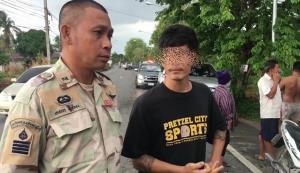 หนุ่มอ่างทองเพี้ยนเผาบ้านตัวเอง โชคดีที่กู้ภัยผ่านเห็นช่วยไว้ทันก่อนขยายวงกว้าง