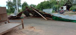 """พังยับ! พายุฝนพัดถล่ม """"วัดป่าพลาญเพชร"""" ศรีสะเกษ กุฏิ-โรงจอดรถพังทับรถเสียหาย 2 คัน"""