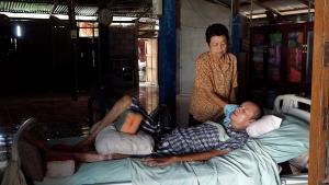วอนช่วย! หนุ่มใหญ่พิการป่วยติดเตียงกว่า 13 ปี มีเพียงพ่อแม่วัยชราคอยดูแล