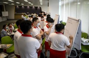 บรรยากาศการเรียนการสอนในชั้นเรียนสำหรับพนักงานใหม่ของหัวเว่ย ณ มหาวิทยาลัยหัวเว่ย ซึ่งตั้งอยู่ในเมืองตงกวน