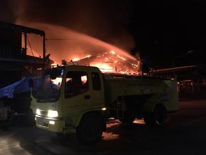 ระทึกกลางดึก! ไฟไหม้ตลาดเทศบาลตำบลวังกะ ใจกลางเมืองสังขละบุรี
