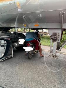 หนุ่มมักง่าย! ขี่มอเตอร์ไซค์ลอดใต้ท้องรถบรรทุก เพื่อกลับรถไปอีกฝั่งถนน เสี่ยงเกิดอันตราย