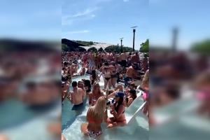 กลัวไม่เป็น! หนุ่มสาวในสหรัฐฯ เมินโควิด-19 คนแน่นขนัดปาร์ตี้สระว่ายน้ำ (ชมคลิป)