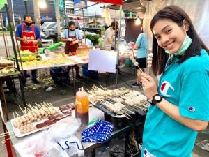 พักฝีมือชู้ตห่วง!! นักบาสสาวทีมชาติไทย ขายลูกชิ้นปิ้ง สู้โควิด-19 [มีคลิป]