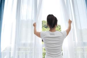 """""""หมอมนูญ"""" เผยผลการศึกษา ระบุ การเปิดหน้าต่างให้อากาศถ่ายเทป้องกันการติดเชื้อโรคทางเดินหายใจ"""