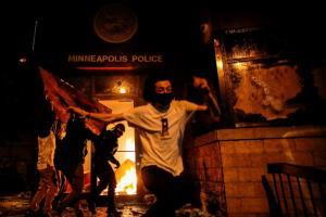 ใกล้มิคสัญญี! จุดไฟเผาโรงพัก-ยิงผู้ชุมนุมบาดเจ็บ จลาจลลามทั่วสหรัฐฯ ประท้วง ตร.ผิวขาวทำคนผิวดำตาย