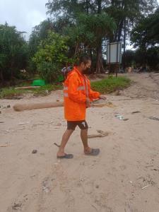 นาทีชีวิต! เทศบาลราไวย์ ภูเก็ต ช่วยเต่าติดซากอวนบนหาดยะนุ้ย (ชมคลิป)