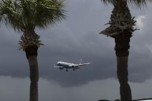 เครื่องบินนำ ไมค์ เพนซ์ (Mike Pence) รองประธานาธิบดีสหรัฐฯ และภริยา มายังศูนย์อวกาศเคนเนดี (Gregg Newton / AFP)